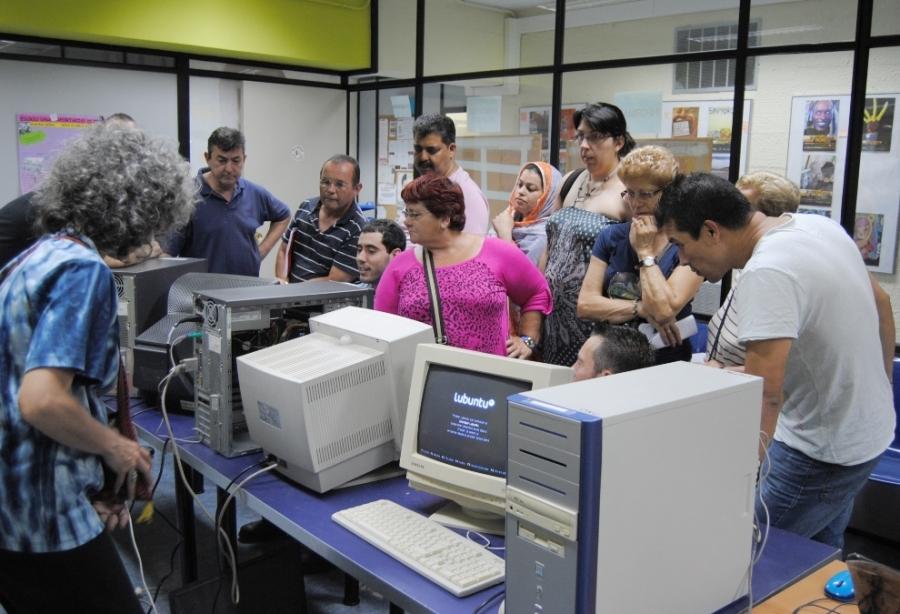 Imatge de grup dels tallers de reciclatge informàtic a l'Hospitalet