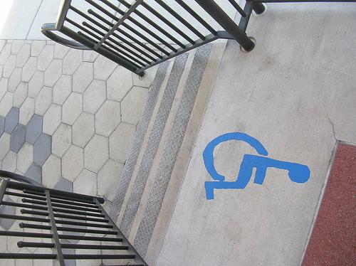 imatge icona persona en cadira de rodes davant d'una escala