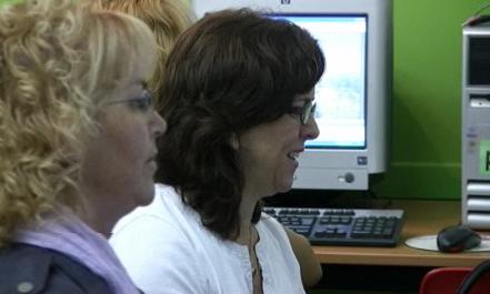 Captura del vídeo, dues dones amb l'ordinador
