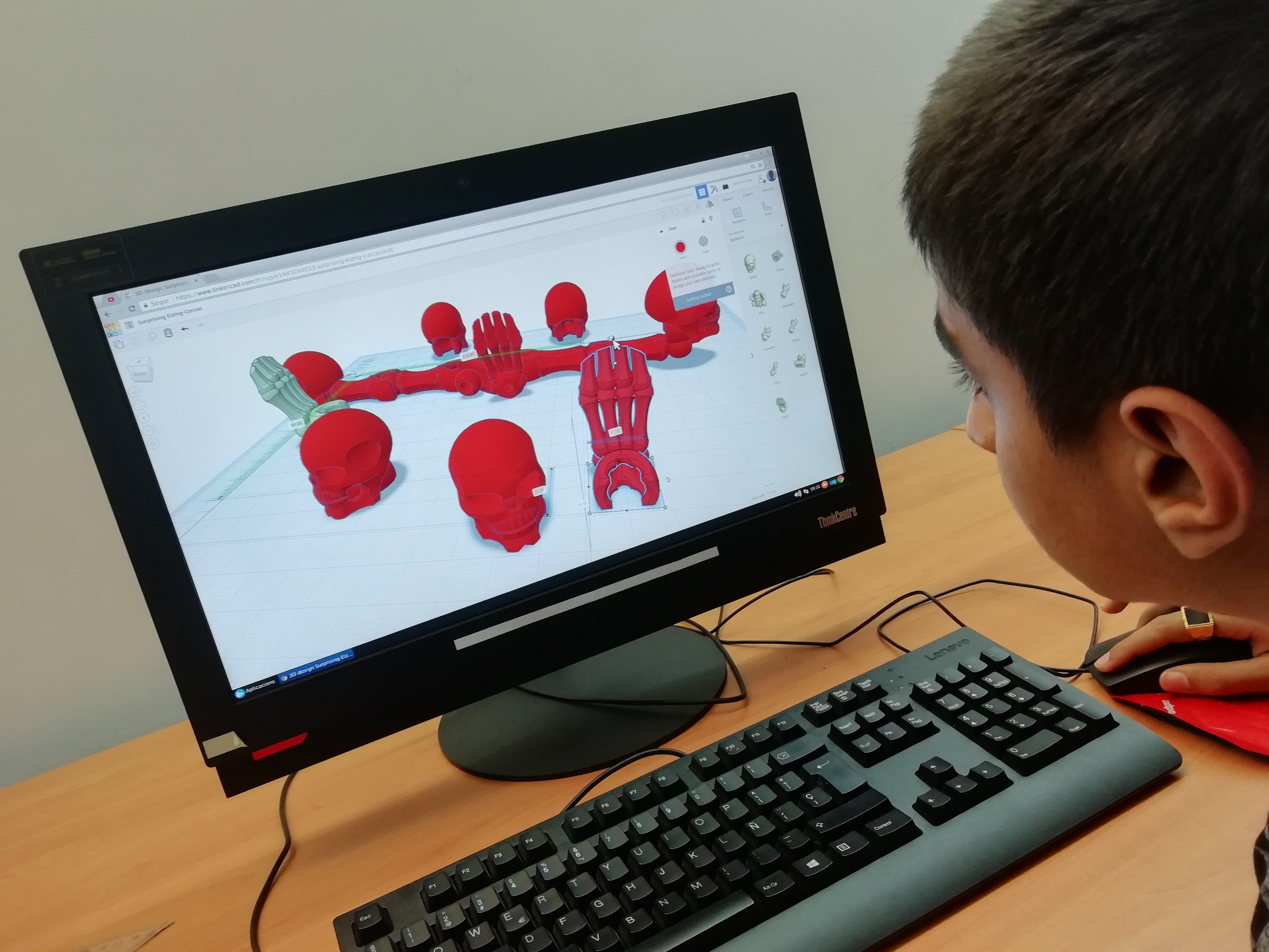 Un jove treballant a l'ordinador