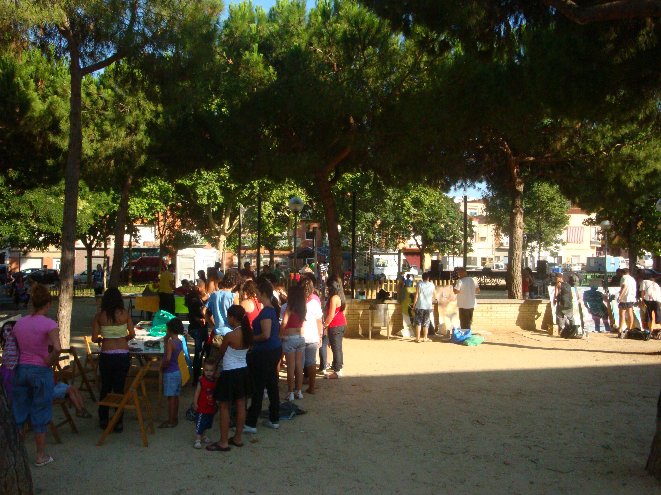 Imatge general del parc amb tallers per nens i nenes durant la festa