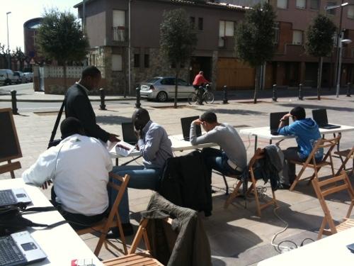 Imatge d'un dels tallers al carrer amb ordinadors
