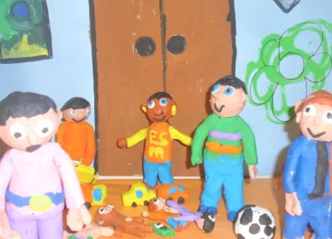 Fotograma del curtmetratge amb ninos de plastilina