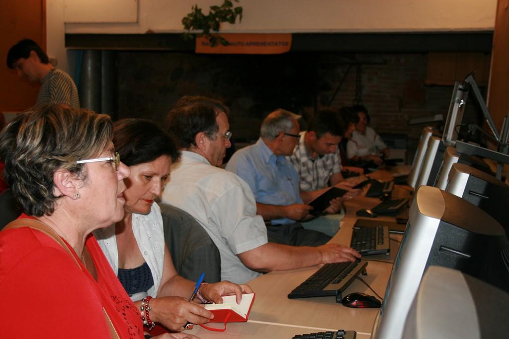 Imatge d'un grup de gent utilitzant els ordinadors al Portal d'entitats
