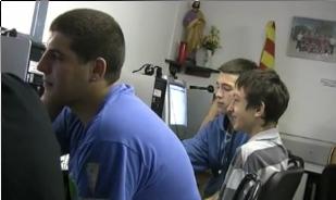 Alguns alumnes als ordinadors de l'Òmnia