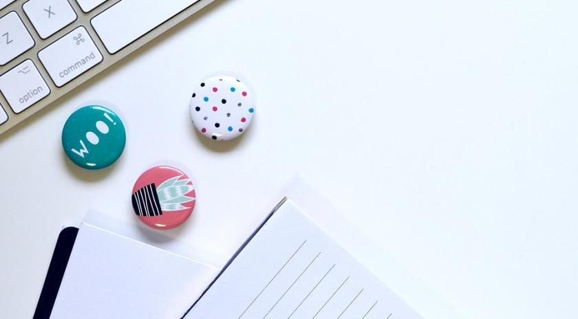 Teclat dordinador i un bloc de notes. Font: Pixabay