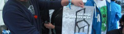 imatge dels joves del Teb amb un cartell de la Marató