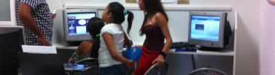 Taller d'estiu al punt Òmnia de l'Associació cultural gitana Viladecans