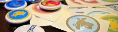 Imatge de xapes de xarxes socials sobre una taula