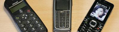 Tres mòbils antics sobre una taula