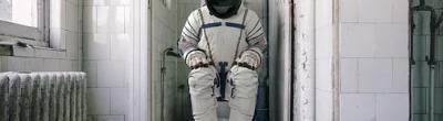 Astronauta en un lavabo abandonat