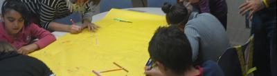 Imatge dels infants preparant el mural