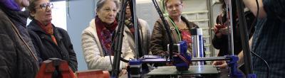 """Les usuàries de """"TIC entre dones"""" durant la visita a l'Espai Social de Fabricació"""