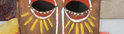 imatge del taller de màscares africanes, amb una màscara de fusta