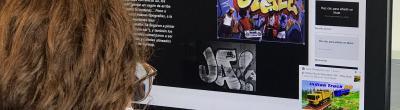 Una noia amb mascareta mirant la pantalla del Punt Òmnia PES La Mina