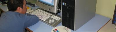 Participant amb discapacitat utilitzant un ordinador del punt
