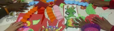 Imatge del taller de manualitats amb dracs de paper